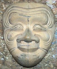 左右の頬の皺をバランス良く彫る