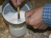 とおしを使い上塗り胡粉を濾す