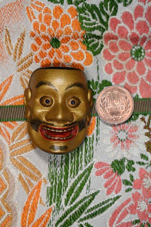 帯留 能面 大飛出 十円硬貨と比較